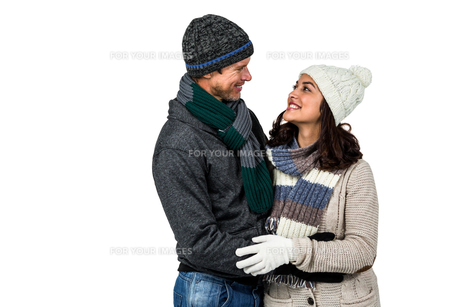 Winter couple enjoying hot drinksの写真素材 [FYI00486520]