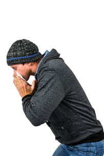 Warmly dressed man blowing his noseの素材 [FYI00486523]