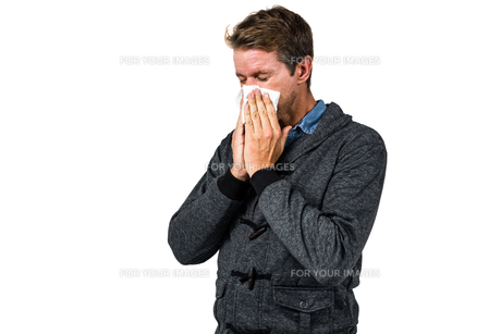 Warmly dressed man blowing his noseの素材 [FYI00486525]
