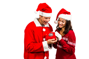 Festive couple exchanging a giftの素材 [FYI00486529]