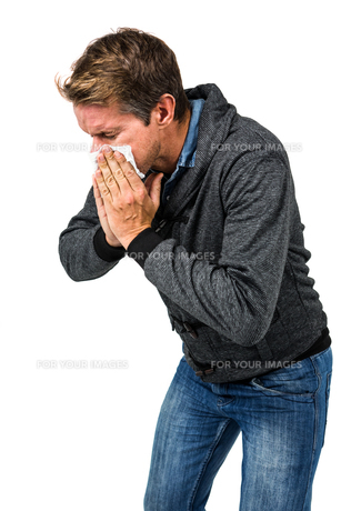 Warmly dressed man blowing his noseの素材 [FYI00486534]