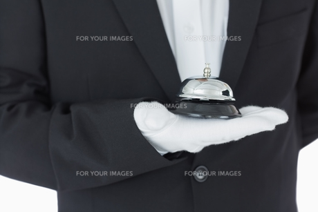 Man holding a hotel bellの写真素材 [FYI00486550]