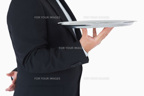 Waiter standing and holding a silver trayの写真素材 [FYI00486551]