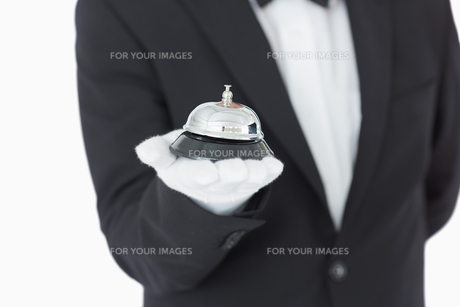 Welldressed man holding a hotel bellの写真素材 [FYI00486553]