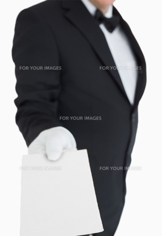 Waiter passing out a cardの写真素材 [FYI00486554]