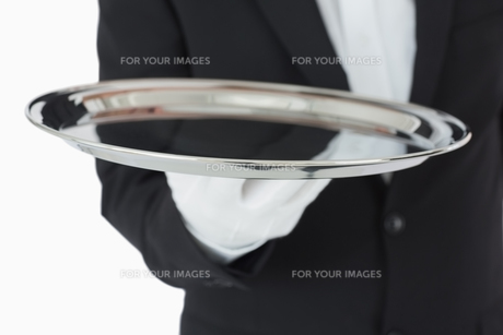 Waiter holding a silver trayの素材 [FYI00486555]