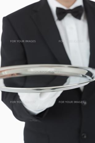 Waiter holding silver trayの素材 [FYI00486560]