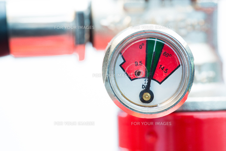 Close up of gauge on fire extinguisherの写真素材 [FYI00486573]