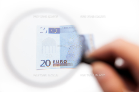 Hand using magnifying glass on euro noteの写真素材 [FYI00486604]