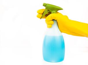 Hand holding spray bottleの写真素材 [FYI00486617]