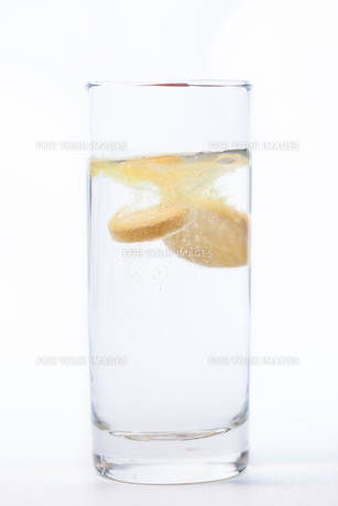 Vitamin tablet dissolving in waterの素材 [FYI00486628]