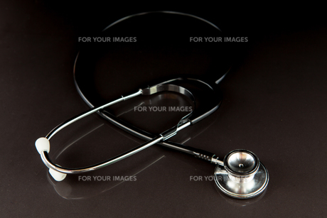 Metal black stethoscope in the darkの写真素材 [FYI00486632]