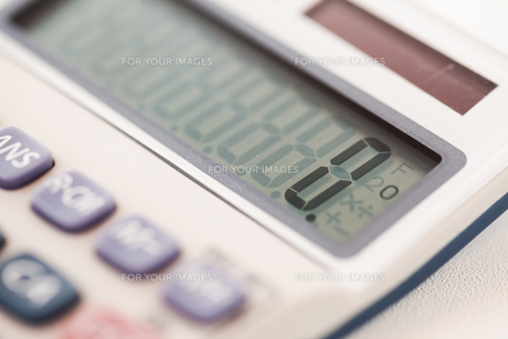 Calculator showing an amountの写真素材 [FYI00486639]