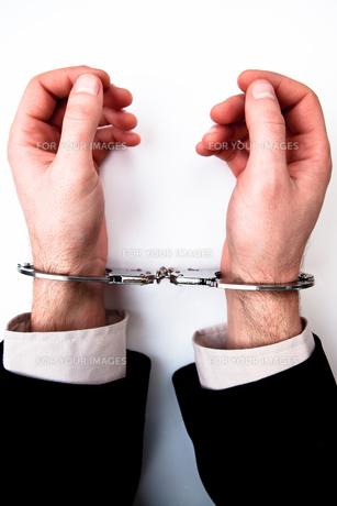 Hands handcuffedの写真素材 [FYI00486665]