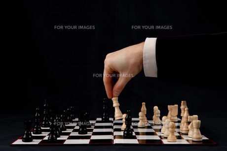 Person playing chessの写真素材 [FYI00486674]