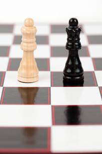 Black and white queen standing at the chessboardの写真素材 [FYI00486675]
