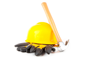Claw hammer leaning against hard hat and builders glovesの素材 [FYI00486689]