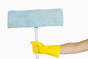 Hand holding mopの写真素材 [FYI00486719]