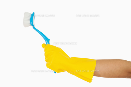 Womans hand holding scrubbing brushの素材 [FYI00486722]