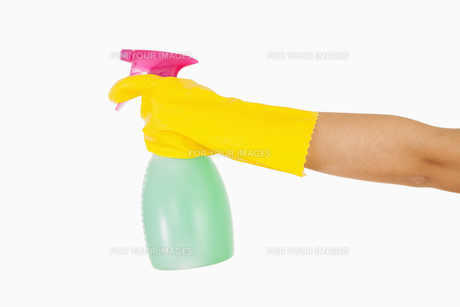 Woman in yellow rubber gloves holding window cleanerの素材 [FYI00486739]