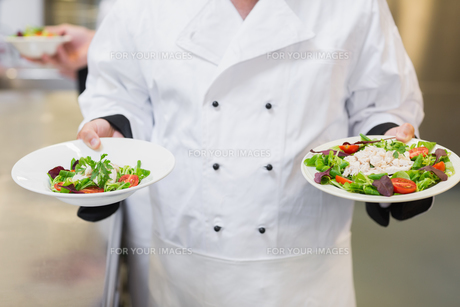 Chef holding two saladsの素材 [FYI00486742]