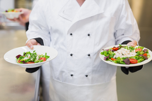 Chef holding two saladsの写真素材 [FYI00486742]