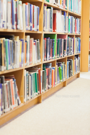 Bookshelf at the libraryの写真素材 [FYI00486747]