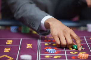 Man in casino placing betの写真素材 [FYI00486761]