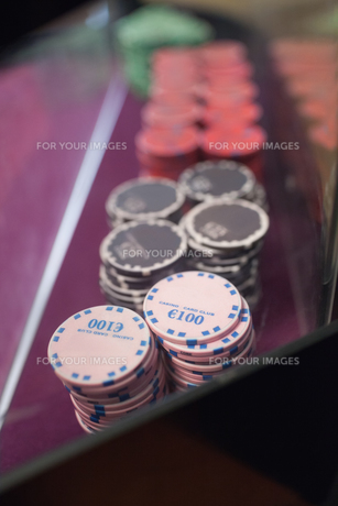 Chips on the table in a casinoの写真素材 [FYI00486763]