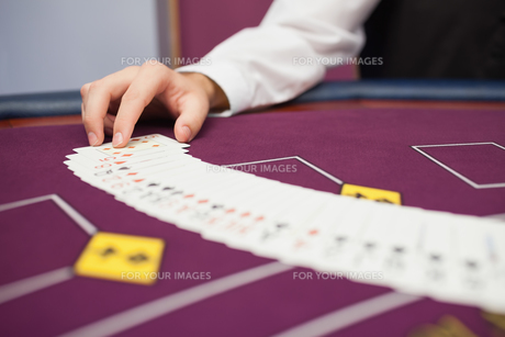 Dealer spreading the deck at pokerの写真素材 [FYI00486766]