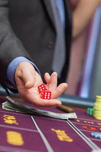 Man holding diceの写真素材 [FYI00486774]