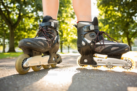 Close up of woman wearing inline skatesの写真素材 [FYI00486775]