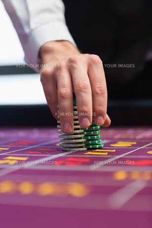 Dealer placing chips on tableの写真素材 [FYI00486777]