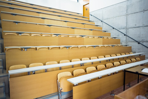 Empty seats with tables in a lecture hallの写真素材 [FYI00486781]