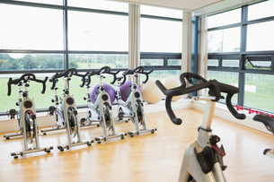 Spinning exercise bikes in gym roomの写真素材 [FYI00486787]