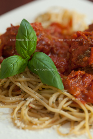 Close up of spaghetti and meatballs with basil leafの素材 [FYI00486788]