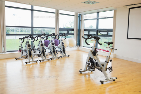 Spinning exercise bikes in gym roomの写真素材 [FYI00486791]