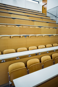 Empty seats with tables in a lecture hallの素材 [FYI00486801]