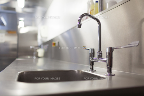 Picture of chrome sink and tapの素材 [FYI00486802]