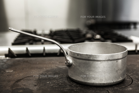 Chrome pot standing on hotplateの写真素材 [FYI00486809]