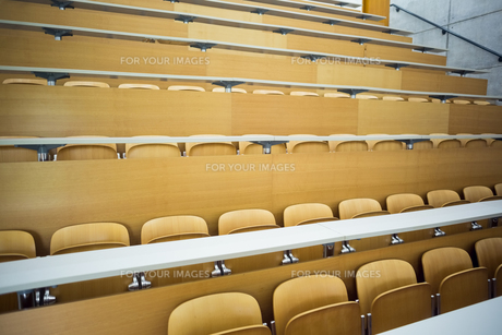 Empty seats with tables in a lecture hallの素材 [FYI00486810]