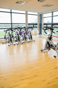 Spinning exercise bikes in gym roomの写真素材 [FYI00486813]