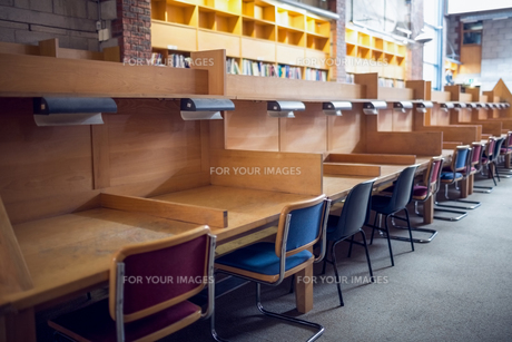 Seats in a row at the college libraryの素材 [FYI00486814]