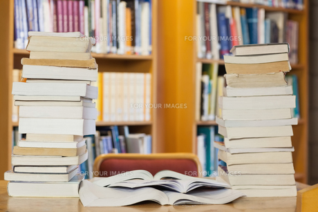 Stacks of books on deskの写真素材 [FYI00486815]