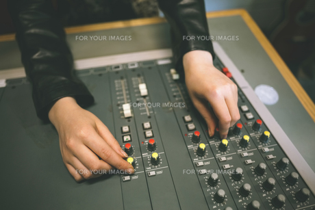 Close up of female hands turning up volumeの写真素材 [FYI00486819]