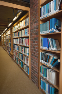 Row of bookshelves filled with booksの写真素材 [FYI00486823]