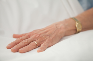 Hand of old woman with golden jewelleryの写真素材 [FYI00486841]