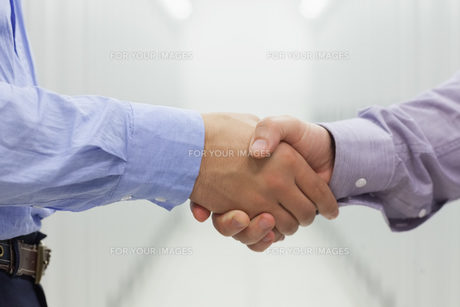 Two men shaking handsの素材 [FYI00486844]