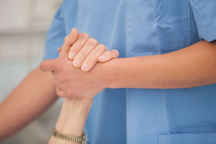 Nurse holding hands of the elderly ladyの写真素材 [FYI00486847]