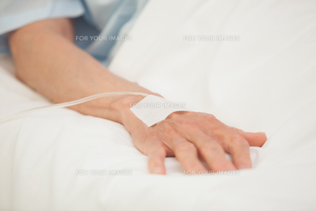 Hand with intravenous dripの写真素材 [FYI00486849]